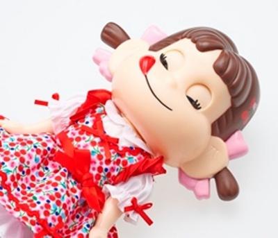 サクランボのドレスを着たペコちゃんは寝かせると目を閉じる