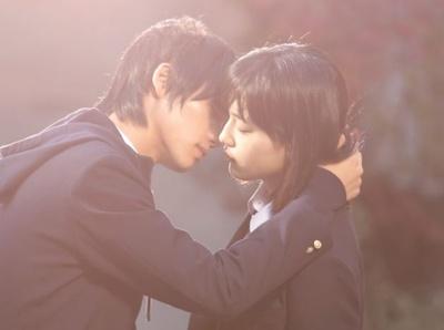 突然のキスから始まる初めての恋を描く