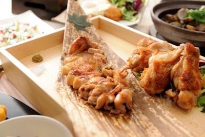 ちゃんとガッツリ系も用意されている(両コース共通)熟成鶏の一枚焼きと手羽焼き