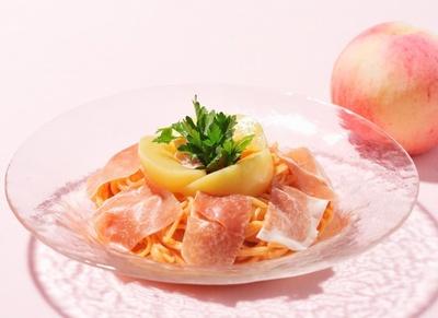 トマトクリームソースパスタに桃を載せた斬新な「山形県産桃と生ハムの冷たいフルーツパスタ」