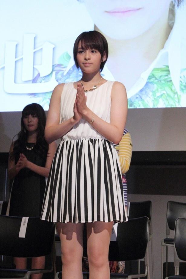 ミニスカート姿の神田沙也加さん