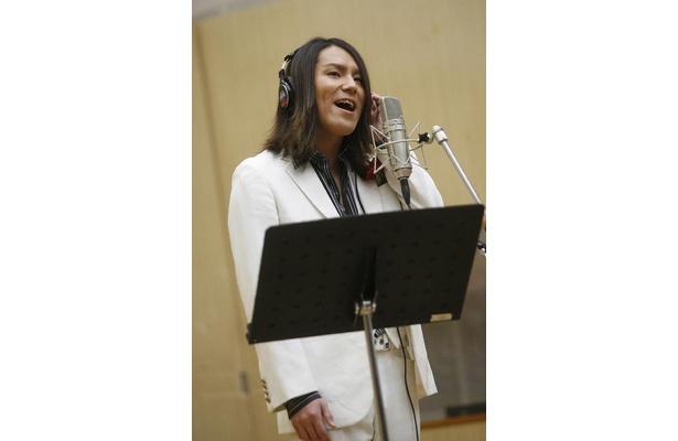 公開レコーディングでは、その美しい(?)歌声を披露!