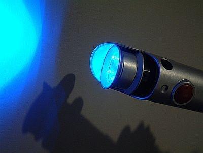 シュイーン!暗闇で青く光ってライトセイバーに