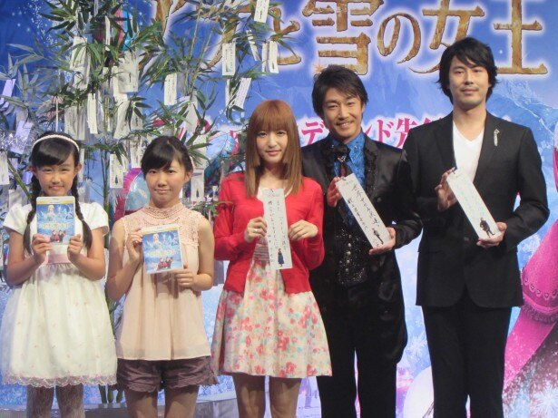 「アナと雪の女王 MovieNEX」発売記念イベントに登場した日本語版声優陣の(左から)稲葉菜月、諸星すみれ、神田沙也加、原慎一郎、津田英佑