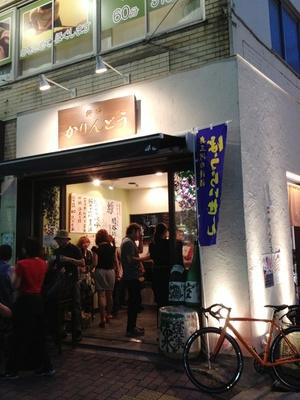 【写真を見る】各店舗には女性客も多数!やっぱり日本酒は美容にい!?