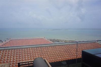 テラスから見える赤瓦屋根が何とも沖縄らしい