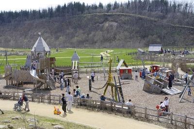 木製遊具で遊ぶことができるプレイエリア