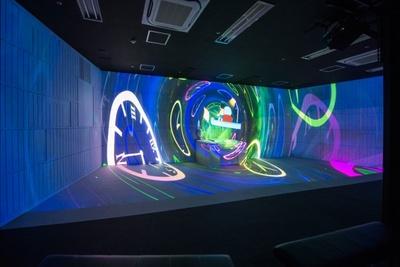 展覧会のはじめは、大迫力の4Dプロジェクションマッピングを体感。ドラえもんやのび太と一緒にタイムマシンで冒険の世界へ!