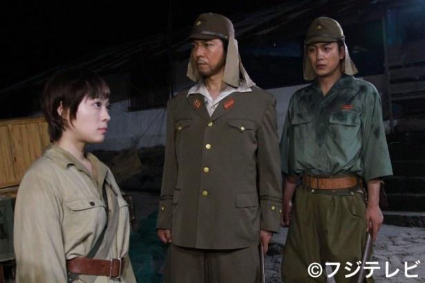 上川隆也(写真中央)が、70年前、壮絶な戦いの指揮を執った実在の軍人を熱演