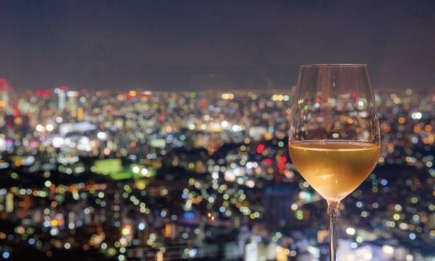 スカイレストランは地上約210m。方角によってはスカイツリー、新宿のビル群、東京タワーなどが見られる