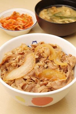 牛めし(並)¥380に単品のキムチ¥80を加えれば、ピリ辛牛めしのできあがり!