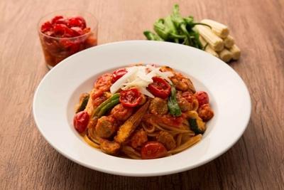 天日で干したチェリートマトの凝縮された甘みと酸味が楽しめる「イタリア産ドライトマトのリングイニ グリル野菜と3種のソーセージ」(1280円)