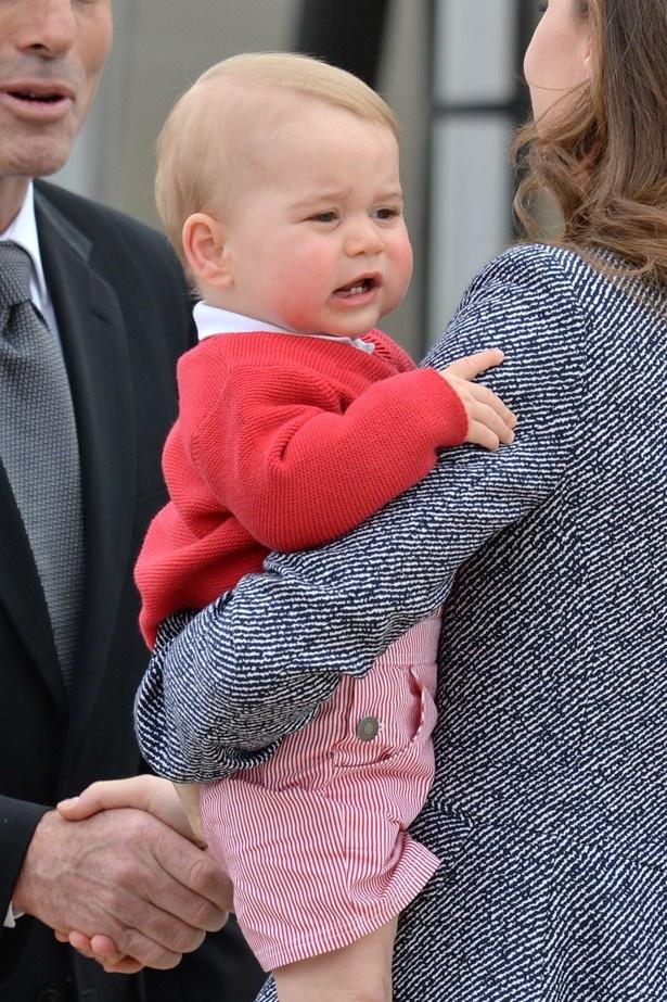 【写真を見る】キャサリン妃と水泳を習っている王子 【写真を見る】キャサリン妃と水泳を習っている王