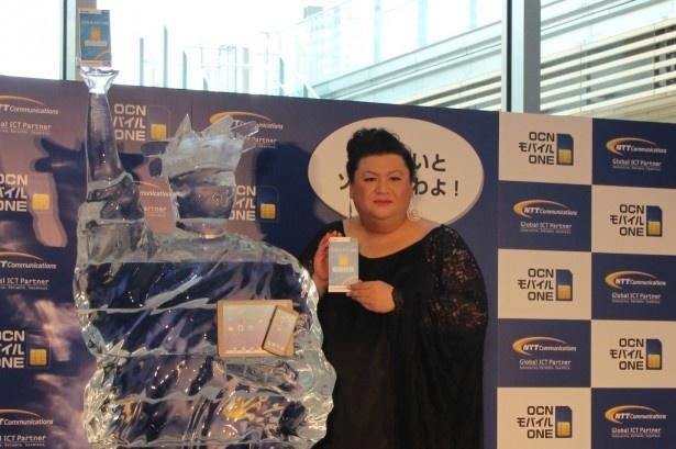 「氷の女神(パケコ・デラックス)像」お披露目式に出席したマツコ・デラックス