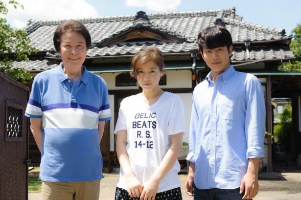 NHK BSプレミアムで年10月5日(日)からスタートするドラマ「昨夜のカレー、明日のパン」に出演する(左から)鹿賀丈史、仲里依紗、溝端淳平