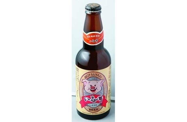 天然酵母入りでマイルドな飲み口の豚印い志井ビール(735円/もつやき処 い志井)