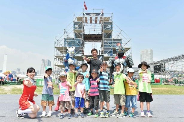 東京・豊洲で開催中の「SASUKE PARK in豊洲 」に登場したウルトラマンゼロ(上段左)らと子供たちが記念撮影を行った