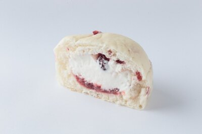 クランベリーが入ったふんわりと柔らかい生地の中には、ラズベリージャムとふわふわのチーズホイップクリームが入っている