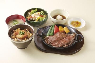 フォアグラをご飯に載せた丼と和牛の焼きしゃぶを楽しむことができる「フォアグラ丼と黒毛和牛の焼きしゃぶ膳」(税別1499円)