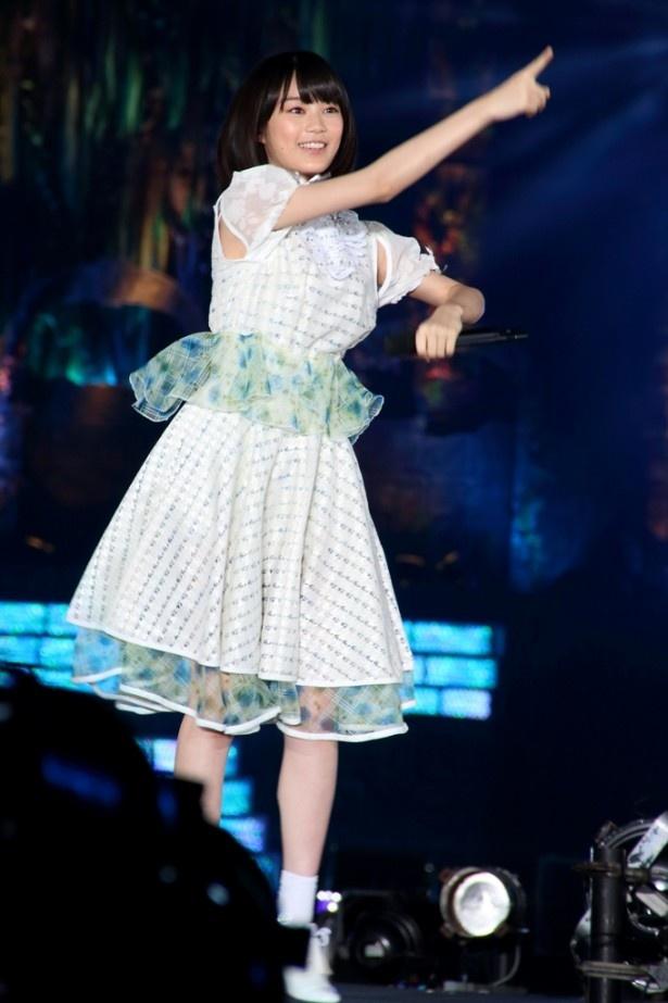 【写真を見る】15曲目の「何度目の青空か?」から... か?」から登場した生田絵梨花 エンタメ