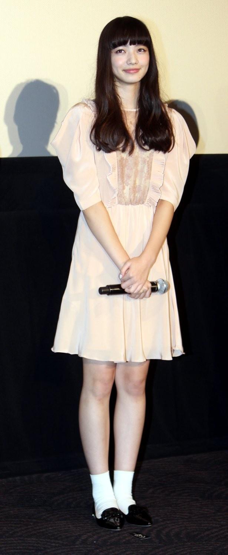 【写真を見る】小松菜奈のサーモンピンクのミニワンピース×ソックスがキュート