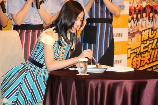 辛い食べ物が得意でない松井だが「そんなに辛くなくて、女性の方も子供も食べられる。おいしいです!」