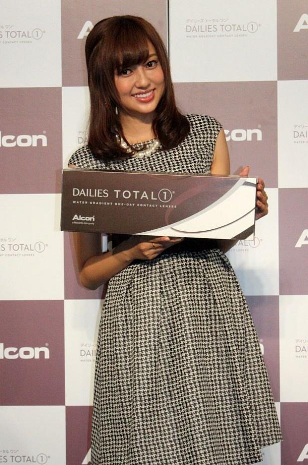 コンタクトレンズ「デイリーズ トータル ワン」の発売記者発表会に出席した菊地亜美