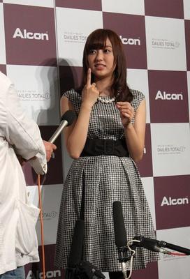 【写真を見る】「コンタクトを着けても将来が見えないんです」と悩みを吐露する菊地亜美