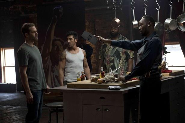 ウォーカー演じる潜入捜査官がマフィアに立ち向かう