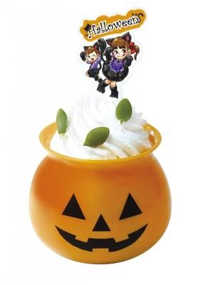 シャンテリークリームを飾った「オバケかぼちゃのパンプキンプリン」(345円)