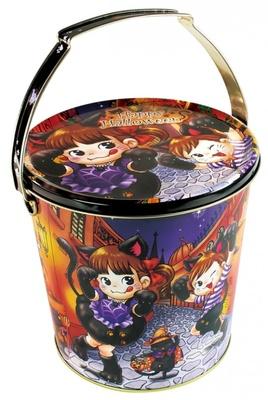 キャンディやクッキーの詰め合わせ「ハロウィンパーティーバケツ缶(お菓子とボディペイントシール付き)」(864円)