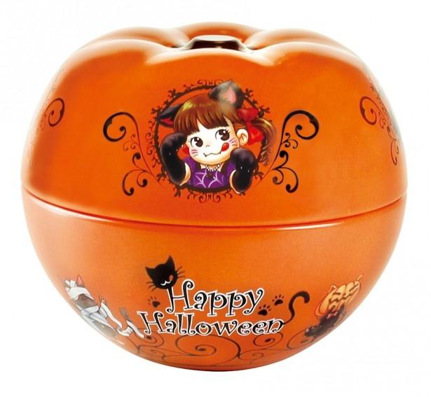 キャラメル味のクランチチョコレートを詰めた「ペコパンプキン缶」(756円)