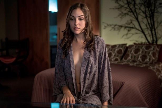 """【写真を見る】""""のぞかれ役""""を演じるのは全世界の男性を魅了するセクシー女優のサーシャ・グレイ"""