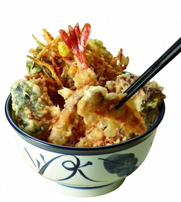 マツタケ、サンマ、銀杏が使われた「松茸天丼(みそ汁付)」(830円)。秋の食材が集結!