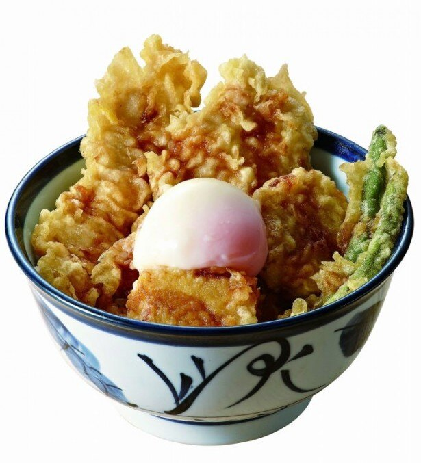 【写真を見る】「ふもと赤鶏天丼(半熟玉子付)」(690円)では、玉子焼が天ぷらになって初登場!