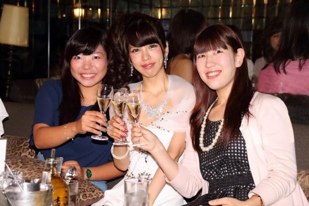 シャンパンで乾杯する坂口杏里と招待客