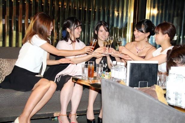 シャンパンで乾杯する川村ゆきえと招待客