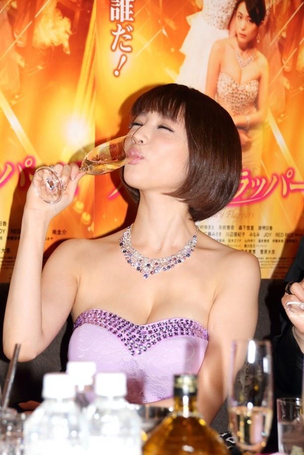 【写真を見る】胸元の開いたセクシーなドレス姿でおいしそうにシャンパンを飲む森下悠里