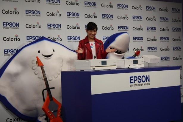 エプソンのプリンター「カラリオ」新商品発表会に出席した渡辺麻友。CMでキャラクターのエイさん(左)、ちいサメ(右)とともにバンドを結成。総選挙1位になって初の単独CMとなる