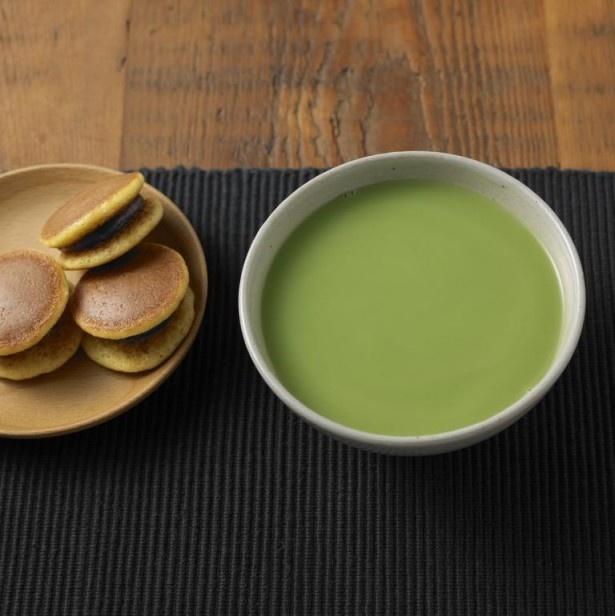 抹茶のような深みのある味わいの「好みの濃さで味わう グリーンラテ(抹茶風)」(105g380円)