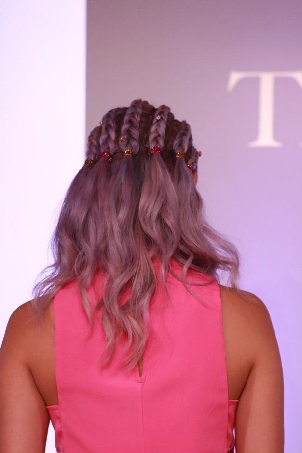 「ネイルの色に合わせたストーンと、コンローを途中まで編みこんだ」というヘアスタイルを披露