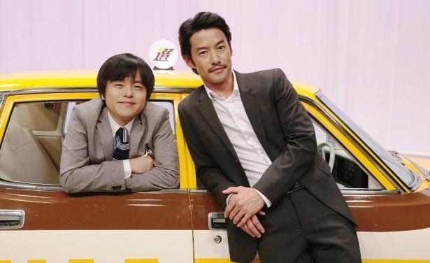 「素敵な選TAXI」(10月スタート、フジテレビ系)で脚本を担当するバカリズム(左)と主演を務める竹野内豊(右)