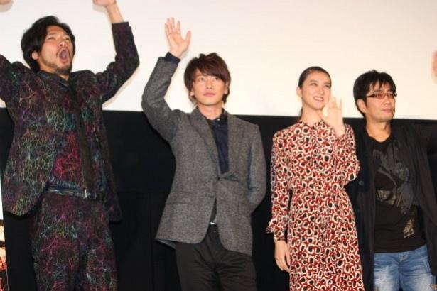 最後は笑顔で手を振った4人