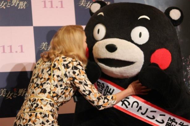【写真を見る】レア・セドゥがくまモンにキス!