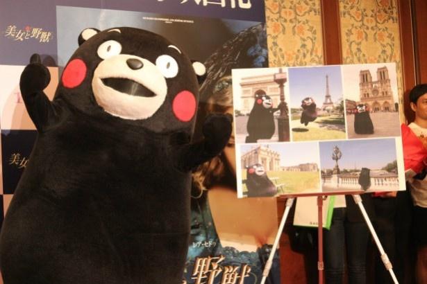 くまモンがフランスで撮った写真を手に猛烈アピール