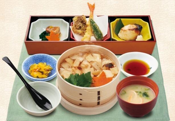 【写真を見る】マツタケせいろに加え角煮や天ぷら、西京焼が入った「松茸せいろ御飯膳」(税別1199円)
