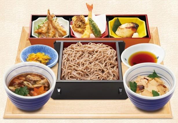 そばをメインに、マツタケ御飯や天ぷらを揃えた「松茸御飯と秋のご馳走膳」(税別1299円)
