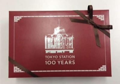 人気の焼き菓子を詰め合せた京橋千疋屋「東京駅100周年記念フルーツタルト」(3000円)(グランスタ)が東京駅100周年のパッケージで9月6日(土)から発売