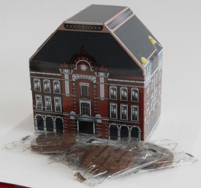 東京駅舎の建物を形にしたパッケージの「東京駅 100周年記念焼きショコラ」(950円)はグランスタのル コリエ丸の内などで販売中