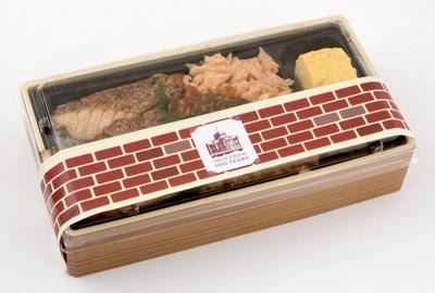 サーモンのハラスをタレに漬け込み焼いたものとほぐし身の入れサーモンの美味しさを追求した魚力海鮮寿司「大とろサーモン蒲焼丼(100周年記念パッケージ)」(1000円)